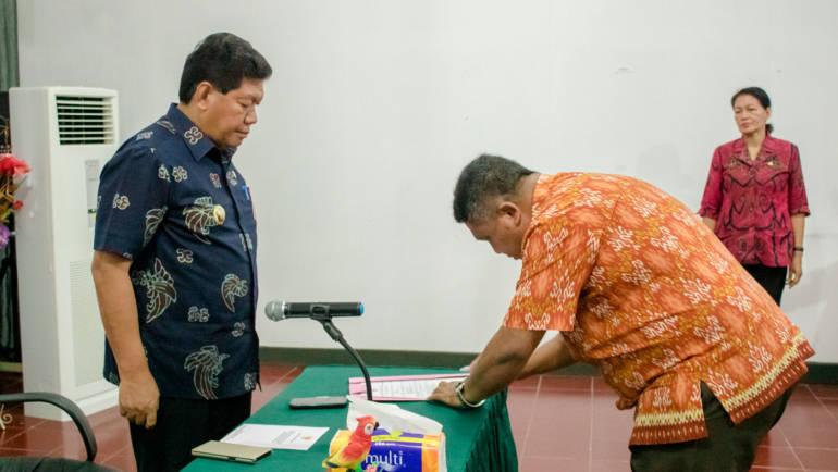 BUPATI TONNY TESAR, S.SOS MELANTIK PELAKSANA TUGAS (PLT) DINAS KELAUTAN DAN PERIKANAN KEPULAUAN YAPEN